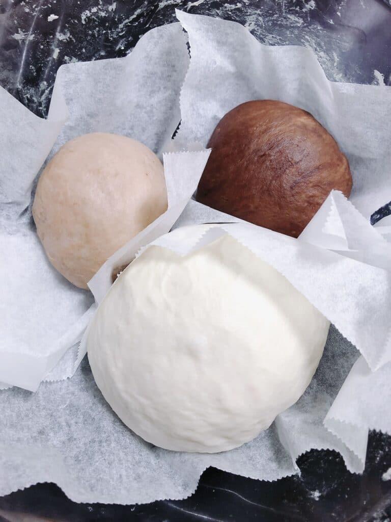 1次発酵後のパン生地写真