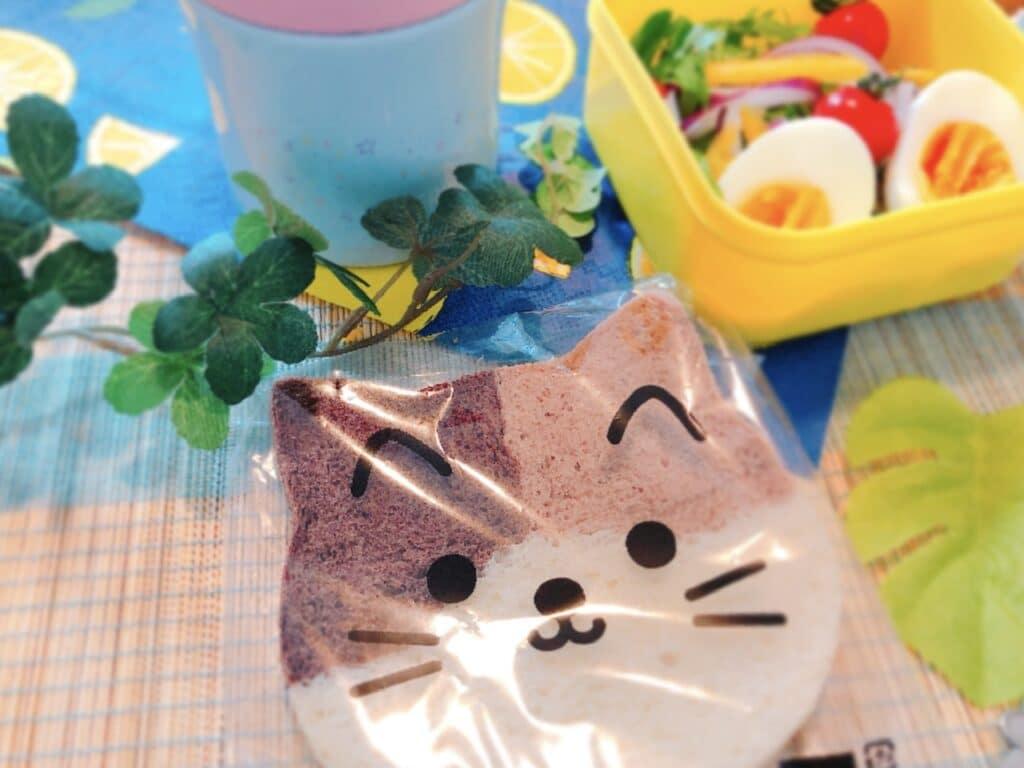 三毛猫パンとサラダの写真